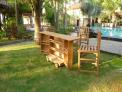 Zahradní pojízdný bar TEXIM nabízí mnoho důmyslných poliček pro odkládání ingrediencí na míchání nápojů