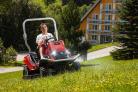 Mulčovací traktor SECO Goliath 4x4 má přední světlomety a zadní i přední LED diody