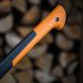 Štípací sekera X25 - XL FISKARS 1015643 - zahnutý konec topůrka zabraňuje vyklouznutí sekery z ruky