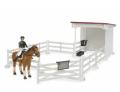 Malá stáj s jezdkyní, koněm, sedlem a uzdou BRUDER 62521