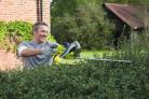 S elektrickými nůžkami na živý plot RYOBI RHT 6060 RS a lištou o délce 60 cm jde práce rychle od ruky