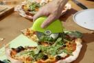 Kráječ na pizzu OUTDOORCHEF je vyroben z nerezové oceli a kvalitního PVC