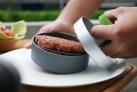S pomocí lisu na burgery OUTDOORCHEF vytvoříte burgery jeden jako druhý